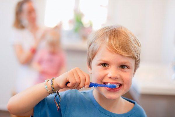 chân răng trẻ bị chảy máu phải làm sao
