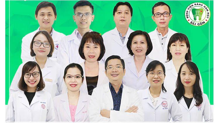 bác sĩ bọc răng sứ