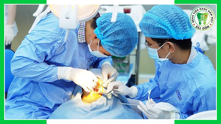 bác sĩ cấy Implant
